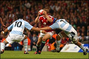 Jonny Wilkinson can't find a way through the Argentine defence