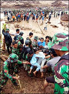 Indonesian soldiers rescue children from a village in Jember, 03 January 2006.