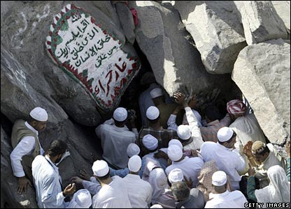 Muslim pilgrims try to enter the Hira cave