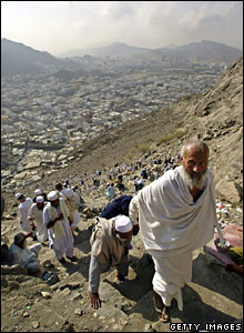 Pilgrims climb up Jabal al-Nur from Mecca