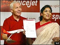 Spicejet CEO Mark Winders (left) and Indian tourism minister, Renuka Choudhary