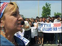Mujeres chechenas protestan contra la absolución de militares rusos  por abusos en Chechenia.