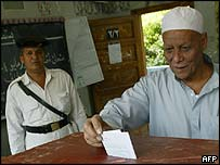 Voter casts his ballot in Cairo