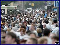 Толпа у станции метро