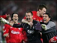 Los jugadores del Liverpool abrazan al portero Dudek