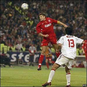 Steven Gerrard anota el primer gol del Liverpool