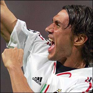 Paolo Maldini celebra el primer tanto del Milan