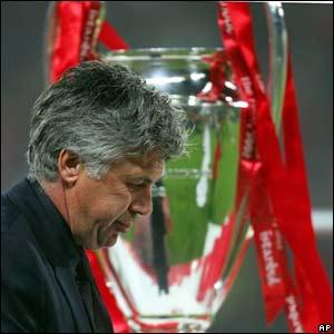 El técnico Ancelotti pasa al lado del trofeo