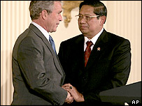 Indonesia's President Susilo Bambang Yudhoyono, right, and US President Bush shake hands after Yudhoyono's speech in the East Room of the White House Wednesday, May 25, 2005