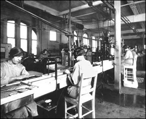 Bottling workers from 1928