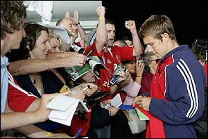 Jonny Wilkinson signs autographs