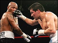 Carlos Baldomir (top) beat Zab Judah
