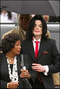 Michael Jackson arrives at court with his mother on Friday