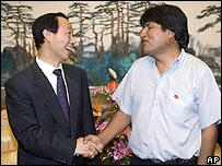 El presidente electo de Bolivia, Evo Morales, con el director internacional del Partido Comunista, Wan Jiarui
