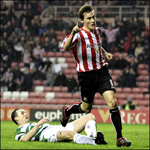 Dean Whitehead makes it 2-0 to Sunderland