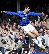 El español Mikel Arteta anota un gol para el Everton.