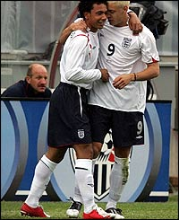 Kieran Richardson (left) is congratulated by Alan Smith after opening the scoring