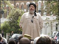 Abu Hamza preaching outside Finsbury Park Mosque