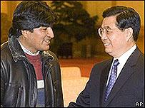 El presidente electo de Bolivia, Evo Morales (izq.) y  el presidente de China, Hu Jintao (der.)