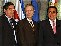 El canciller Luis Ernesto Derbez (cent.), junto con sus homólogos de El Salvador, Francisco Lainez Rivas, (der.) y de Costa Rica, Roberto Tovar Faja.