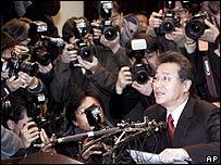 Panel informando de irregularidades en el trabajo de Hwang Woo-suk