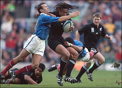 Umaga is shackled by France's Fabien Galthie and Emile Ntamack in the 1999 World Cup semi-final at Twickenham