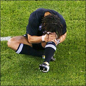 Umaga injures his left knee in the opening match of the 2003 World Cup against Italy