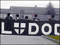 Football fans in Nazi-style salute (pic: OONachrichten)