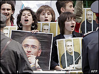Khodorkovsky supporters outside Moscow court