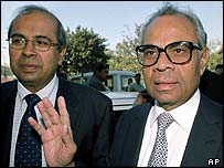 Prakash (left) and Srichand Hinduja arriving at court in Delhi in 2001
