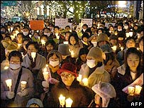South Korean supporters hold candles during a candle light vigil supporting stem-cell scientist Hwang Woo-Suk in Seoul, 11 January 2006.