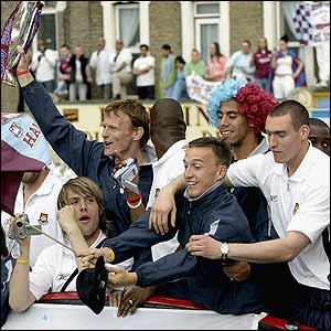 Teddy Sheringham and his West Ham team-mates