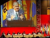 Reunión del BID, con una imagen de Enrique Iglesias en una pantalla gigante.