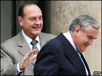 French President Jacques Chirac (l) bids farewell to former Prime Minister Jean-Pierre Raffarin