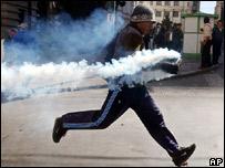 Manifestante lanza devuelta cápsula de gas lacrimógeno