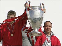 Steven Gerrard (left) and Rafael Benitez with the Champions League trophy