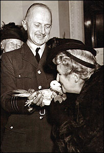Gustav being awarded the Dickin medal in 1944 by Maria Dickin, founder of animal charity, the PDSA (pic courtesy of PDSA)