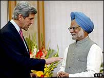 John Kerry (left) with Manmohan Singh