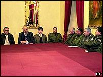 El presidente Carlos Mesa (2o. desde la izq.) se reúne con la plana mayor de la policía boliviana