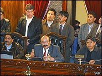 Presidente del Congreso boliviano, Hormando Vaca Diez (centro), junto a otros legisladores