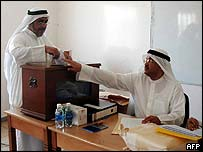Kuwaiti man votes