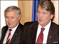 Sacked Prime Minister Yuri Yekhanurov (left) and President Viktor Yushchenko