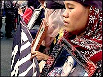 Relatives of the victims of those killed or disappeared during the May 1998 riots confront Indonesian police officers outside the Defence Ministry in Jakarta Thursday, June 10, 1999.