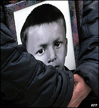 Relative carrying photograph of Beslan victim