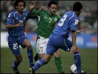 Andy Reid (centre) set up Robbie Keane's goal