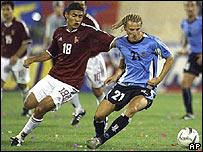 Diego Forlán, der., de Uruguay y  Juan Arango, de Venezuela.