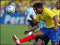 Ulises de la Cruz, der., de Ecuador, lucha por el balón con el argentino Christian González.