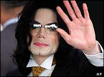 Michael Jackson outside the courthouse in Santa Maria, California