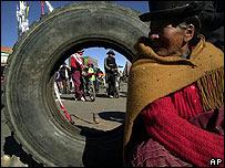 Una indígena aymará sentada junto a una carretera bloqueada por los huelguistas en El Alto, La Paz