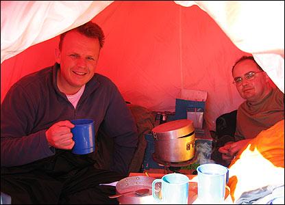 Hugh y  Peter Ayres en una tienda de campaña